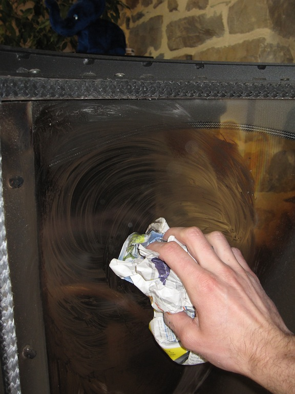 Nettoyer la vitre de son po le ou insert bois alternatives ecologiques - Nettoyer vitre cheminee ...